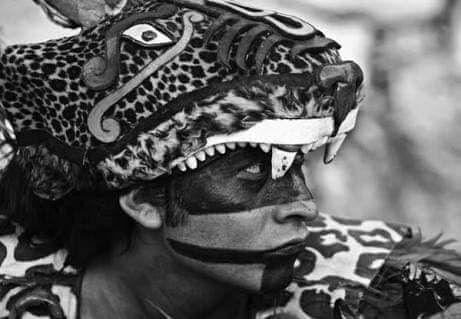 """Las profecías del libro de Chilam Balam -  Chilamsignifica """"el que es boca""""; es decir, el que profetiza; loschilameseran los sacerdotes que interpretaban los libros antiguos para extraer de ellos profecías, el conocimiento de los hechos futuros. Para los mayas, el arte de profetizar era posible porque creían que el tiempo era una sucesión de ciclos cósmicos y que los acontecimientos, dependiendo de estos ciclos, podían repetirse. Así, a loschilamesse les consideraba intérpretes de los…"""