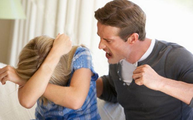 Большинство семей сталкиваются с проблемой непонимания друг друга. И начинается словесная атака со стороны женщин и рукоприкладство мужчин. Тем самым показывая жене, что она слабее. И если она не заткнется, то после слов пойдут в дело кулаки. Раз у человека словарный запас крошечный и больше он сделать ничего не может, он выкручивается таким образом. Это говорит о его неполноценности, во-первых, во-вторых, о недостаточности, в-третьих, избытке родительской любви. Уходите от таких мужчин или…