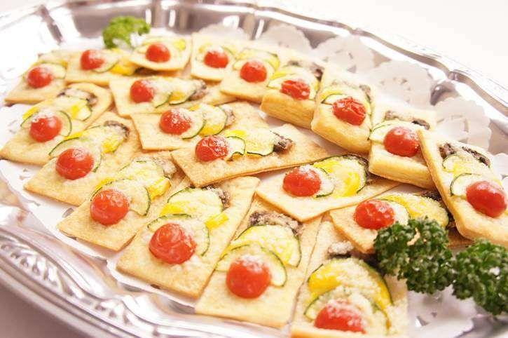【3種の一口キッシュ】  サクサクのパイに野菜と粉チーズを乗せたパーティーにおススメのフィンガーフードです。 手で取りやすく、おつまみもおすすめの一品。  4,400円(税抜) 4,752(税込)