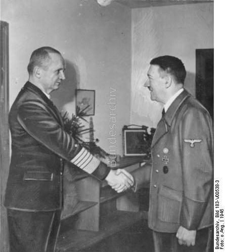 """Adolf Hitler empfängt den Oberbefehlshaber der Kriegsmarine, Großadmiral Karl Dönitz, im """"Führerbunker"""". Kurz vor dem militärischen und politischen Zusammenbruch Deutschlands und seinem Selbstmord übertrug Hitler dem Großadmiral die Leitung des Deutschen Staates."""