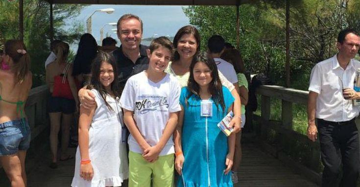 Habitualmente discreto, Gugu Liberato mostra suas férias em família
