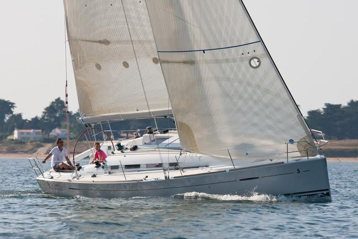 Beneteau #First35 Carbon Edition sailboat is highly versatile. It is an excellent cruiser and easily fitted for racing. The spacious cabins add luxury and comfort. ow.ly/AtbgR #SimpsonMarine #HongKong
