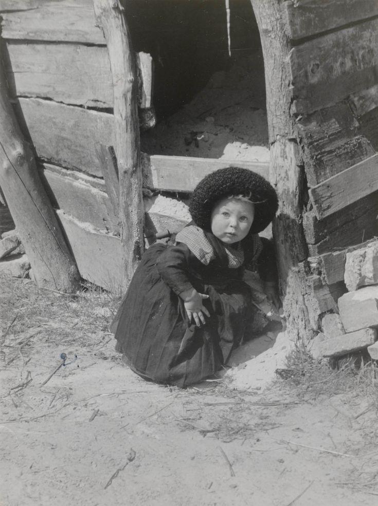 Meisje in Staphorster streekdracht. Het meisje draagt de 'nette' (zwarte kindermuts). 1944 #Overijssel #Staphorst