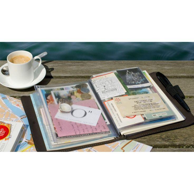 Raccogli i tuoi ricordi. Tieni sempre vivo il ricordo delle le tue vacanze. Per tutte le cose che non rientrano nello smartphone: i vostri appunti, schizzi, monete, francobolli, mappe, foto, cartoline ... troverete all'interno di questo taccuini tutto lo spazio necessario per tutto ciò che si raccoglie durante i tuoi viaggi. Materiale esterno: vera pelle di copertura Contenuto: notebook foderato per la scrittura con 42 pagine, 16 fogli di plastica con tasche in diverse misure.