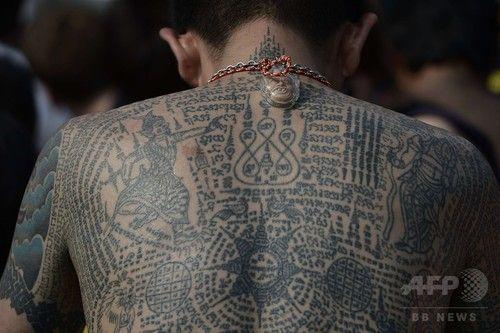 タイの首都バンコク(Bangkok)の西方ナコーンチャイシー(Nakhon Chaisi)郡にある寺「ワット・バン・プラ(Wat Bang Phra)」で7日、タイ仏教伝統の入れ墨「サクヤン(Sak Yant)」にまつわる毎年恒例の奇祭が開催され、仏教徒など数千人が集まった。