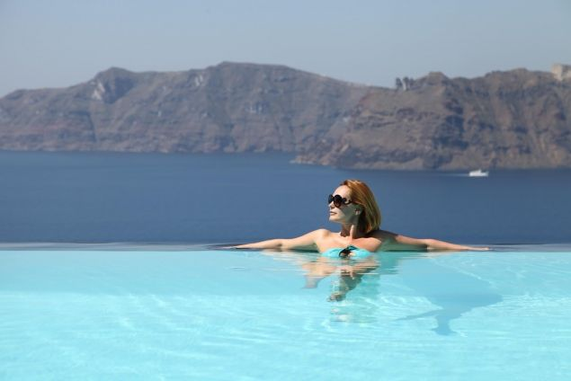 Andreea Esca, in costum de baie! Uite-o pe stirista in piscina, intr-un decor de vis! | WOWBiz
