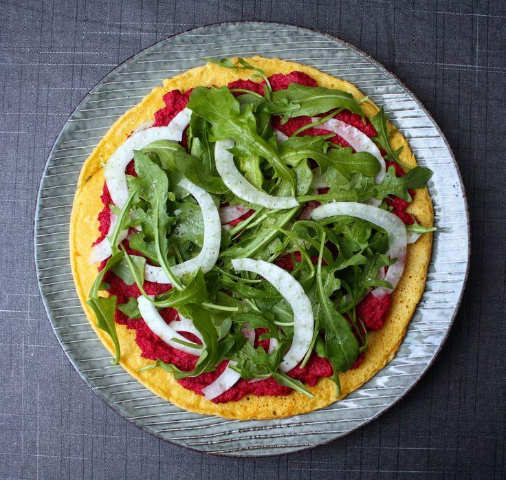 Madlaboratoriet: Socca-pizza med rødbede-tahincreme, fennikel og rucola