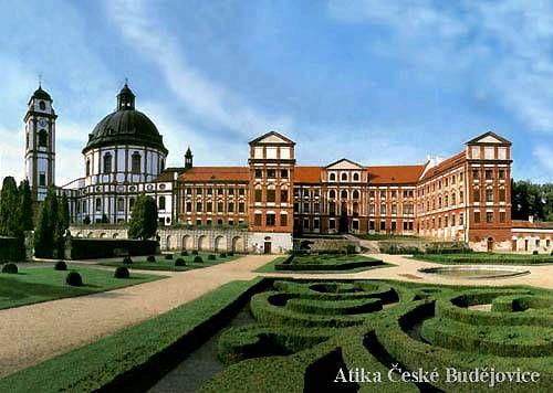 Barokní zámek Jaroměřice nad Rokytnou patří ve středoevropském prostoru k nejmohutnějším architekturám první poloviny 18. století. Původní středověká tvrz byla koncem 16. století přestavěna na renesanční zámek, pohlcený pozdějšími budovami.