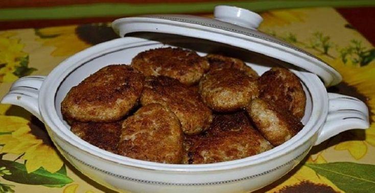 Milovníci mäsa si vďaka tomuto receptu skutočne prídu na svoje. Neuveriteľne šťavnaté a výdatné jedlo je pre chuťové poháriky neodolateľným pokušením. Karbonátky, ktoré sú jemné vo vnútri a krásne chrumkavé na povrchu sa hodia k šalátu, vareným, či pečeným zemiakom. S jemným jogurtovým dresingom alebo pálivou omáčkou vytvárajú kombináciu chutí, ktorú si zamilujete. Ak máte
