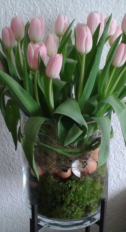 bouquet de tulipes de Pâques: j'♥ les coquilles d'œufs qui font partie de la composition florale...