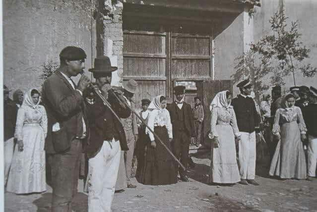 Matrimonio in Campidano,notare la lunghezza dei vestiti e delle Launeddas...primi anni del '900