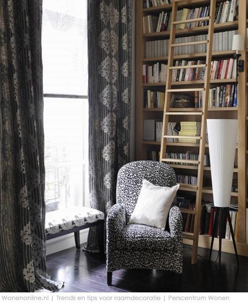 inspiratie Barokke en dierenprints In de nieuwe collectie van Pierre Frey veel zwart, wit en grijs. Het gordijn met barok dessin is gemaakt van stof Stanley (linnen en viscose). De stoel is bekleed met fluwelen stof Jungle, met dierenprint.