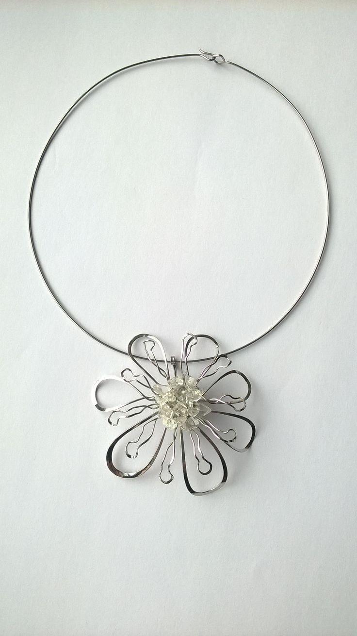 """Přívěsek+PR18K+ze+soupravy+""""Volání+jara""""+křišťál+Autorský+šperk.+Originál,+který+existuje+pouze+vjednom+jediném+exempláři+z+romantické+edice+variací+na+květy.+Vyniká+svou+lehkostí,+kouzelným+prostorovým+tvarem+a+elegantním+výrazem.+Je+to+výrazný+šperk,+díky+své+velikosti+nepřehlédnutelný,+přesto+působí+jemně+až+křehce.+Přívěsek+je+celý+vyroben+ručně...."""