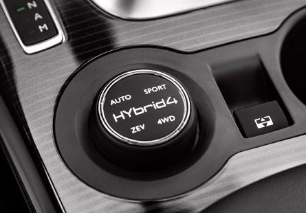 Peugeot 3008 HYbrid4 har en funktionsväljare placerad på mittkonsolen kan du kan välja mellan fyra olika drivlägen.