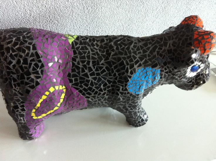 Koe beplakt met mozaiek.