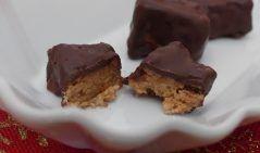 Cioccolatini al caramello  Una golosità da gustare a fine pasto, ottimi con il caffè  Ingredienti: - 50 ml olio di cocco - 3 cucchiai di tahina (sesamo frullato) - 100 ml sciroppo d'agave  - 100 gr. cioccolato fondente  Metti gli ingredienti...