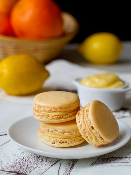 """Итак, настало время пополнить коллекцию рецептов французских пирожных макарон. Сегодня в довесок к макарон с мятным ганашем, с чаем """"эрл грей"""" и с ягодной начинкой я предлагаю вам пирожные с начинкой из лимонного курда. Технология приготовления половинок макарон в данном случае – на основе итальянской меренги (как я уже говорила,…"""