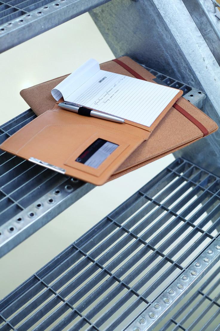 Een origineel en opvallend geschenk! - kurken documentenmap in A5 formaat - met afsluitband, PU binnenzijde met groot insteekvak en vak voor visitekaartjes - inclusief notitieblok (ca. 25 vel) en pennenlus (pen niet meegeleverd) Formaat: 20 x 16 x 1,5 cm  - Schrijfmappen bedrukken mogelijk vanaf 30 stuks