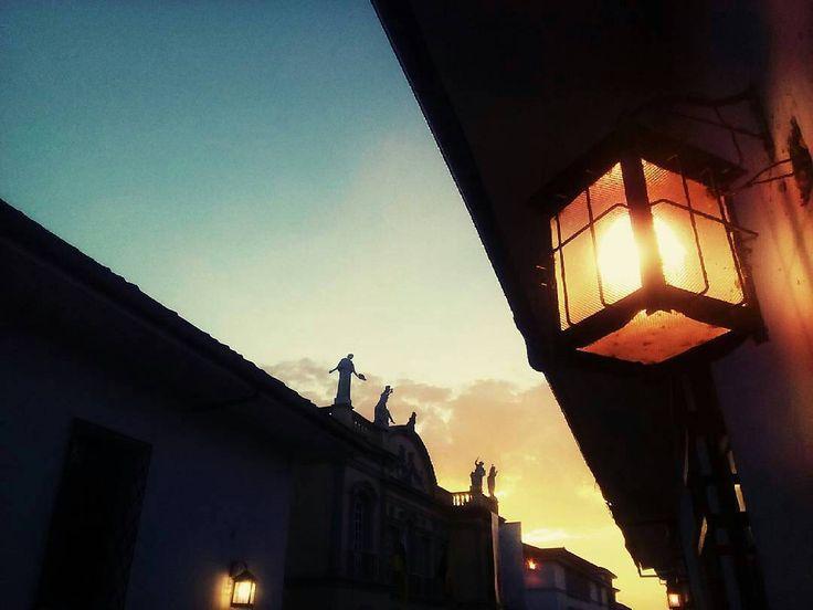"""Foto de @elianajimenezc """"...Muda la tarde se concentra para el olvido de la luz y la penetra un don suave de melancólica quietud como si el orbe recogiese todo su bien y su beldad toda su fe toda su gracia contra la sombra que vendrá... """" Fragmento del poema: Hay un instante de Guillermo Valencia.  #Sunset #Atardecer #Popayán #Colombia #TheOnlyRiskIsWaitingToStay #Photography #Teather"""