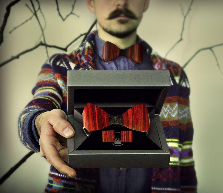 Комплект галстука-бабочки ЛЮКС и запонок от БАГ из дерева | Красное красное дерево - красный махагон / Клён / Чёрный дуб L | В картинке старая модель и комплектация! 2015.году мы её улучшили и теперь Вы можете заказать обновлений комплект. Вся новая информация на сайте