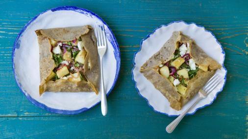 Гречневые галеты с тофу,яблоком - 100g / 3½oz гречневой муки  1  яйцо  50g / 2oz масло , топленое  1 столовая ложка топленого масла  тире оливкового масла  соль и свежемолотый черный перец