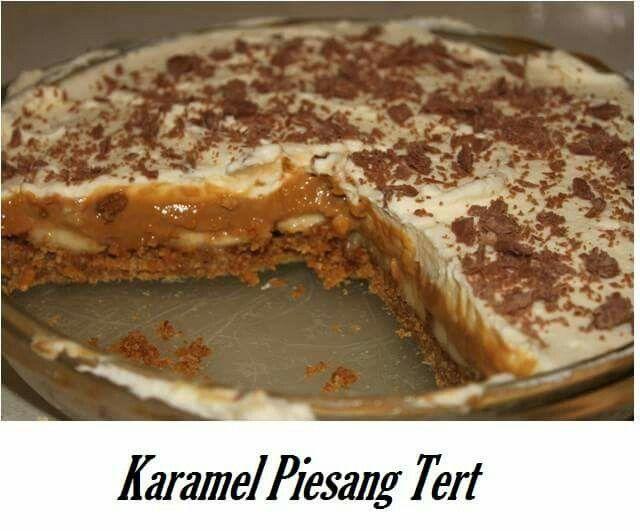 Karamel Piesang Tert Maak kors van fyn gerolde Tenniskoekies en 4 E gesmelte margarine. Druk vas in tertbak.   Skep helfte van1 blikkie karamel kondensmelk op kors, dan 2-3 ryp piesangskyfies, drup klein bietjie suurlemoensap oor piesangs, skep ander karamel kondensmelk oor. Klop 2 sakkies Orleywhip styf en skep bo-op piesangs. Rasper peppermint crisp of flake bo-oor. Plaas in yskas tot bedien.
