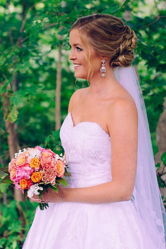 Bröllop: Brud i vid klänning, rosa orange bukett, uppsatt hår och slöja - Bröllopsporträtt av Bröllopsfotograf Victoria Öhrvall Sörmland Katrineholm