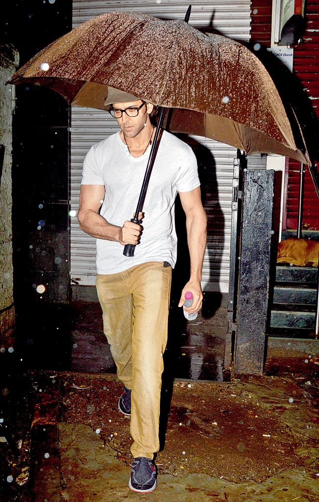 Hrithik Roshan reached the sets of his upcoming film under the shelter of an umbrella on a rainy day. #Style #Bollywood #Fashion #Handsome