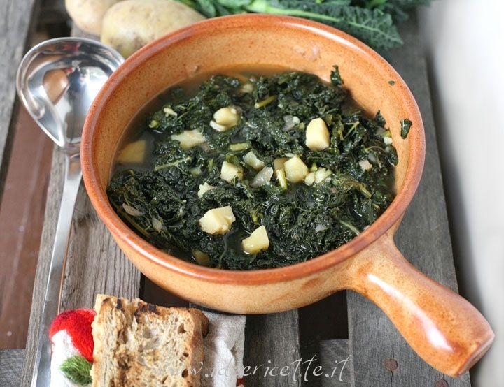 La zuppa di cavolo nero e patate è una ricetta semplicissima per scaldarsi e coccolarsi nelle fredde giornate invernali. Chi mi segue lo sa... adoro tutti i cavoli e in particolar modo il cavolo nero, tipico ingrediente di molte ricette toscane (minestra di pane e ribollita in primis!!)!!! D'inverno, con il freddo, le foglie spessediventano più tenere e saporiteassumendola croccantezza ideale per preparare zuppe e minestroni! Quindi io ne approfitto per realizzare varie zuppe a base di…
