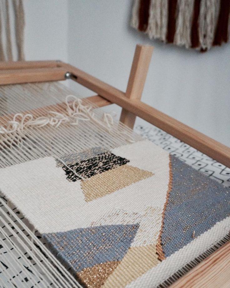 """*Procrastination j'oublie ton nom """" Essayer de finir tous les en cours avant de commencer un nouveau projet #weaving #wovenwallhanging #handmade #wip #wool #passiontissage #diy #tissage"""