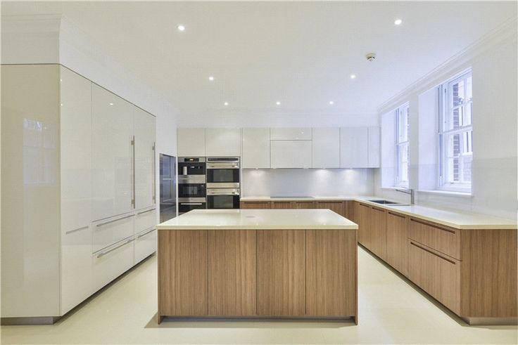 Keuken 'Bruxelles'  Hoogglans lak, massief eiken greeploos, composiet steen Miele apparatuur  interieur & keukens