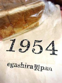 1954年創業江頭製パン 現在は石窯パン工房クスクスというパン屋さんの食パンカレーパンメロンパンをいただきました佐賀にあるそうでカレーパンがとても人気なのだそうです  テレビでも度々紹介されていてスペイン製の本格的な大型の石窯で焼かれていると聞くとそれだけで期待してしまいます 明日の朝が待ち遠しい (><)  パンを購入すると珈琲か麦茶をサービスでいただけるそうです  今度は自分で買いに行きたいです  #佐賀のパン屋 #美味しいパン #こだわりのパン #江頭製パン #石窯パン工房 #クスクス #食パン #カレーパン #メロンパン #大人気 #駐車場いっぱい #朝ごはん #昼ごはん #ランチ #美味しい #厳選素材 # tags[佐賀県]
