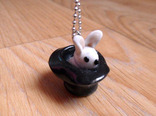 Collier lapin sortant de son chapeau (pâte fimo)
