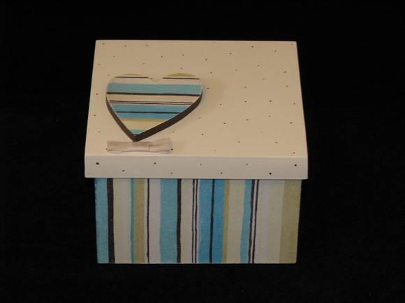 Caixa de presente, com aplique em MDF. R$ 26,00