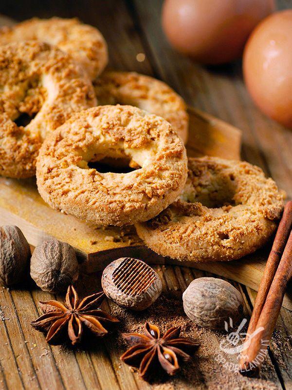 Donuts spiced with nutmeg and cinnamon - Le Ciambelline speziate alla noce moscata e cannella con il loro aroma e il loro profumo rendono qualsiasi merenda piacevole e gustosa!