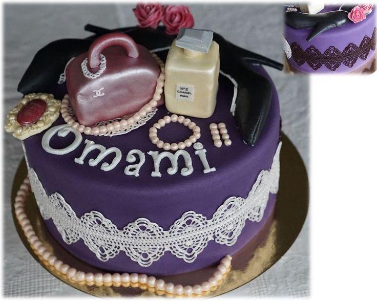 Vanillecake met vele laagjes crème afwisselend vanille en chocolade afgewerkt met fondant en sweet lace een stuk wit en een stuk chocolade.