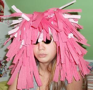 Une perruque rose en papier crépon pour les déguisements de Carnaval ou pour une simple fête d'enfants. Cette perruque est extrêmement simple à fabriquer. La longueur des cheveux peut être ret