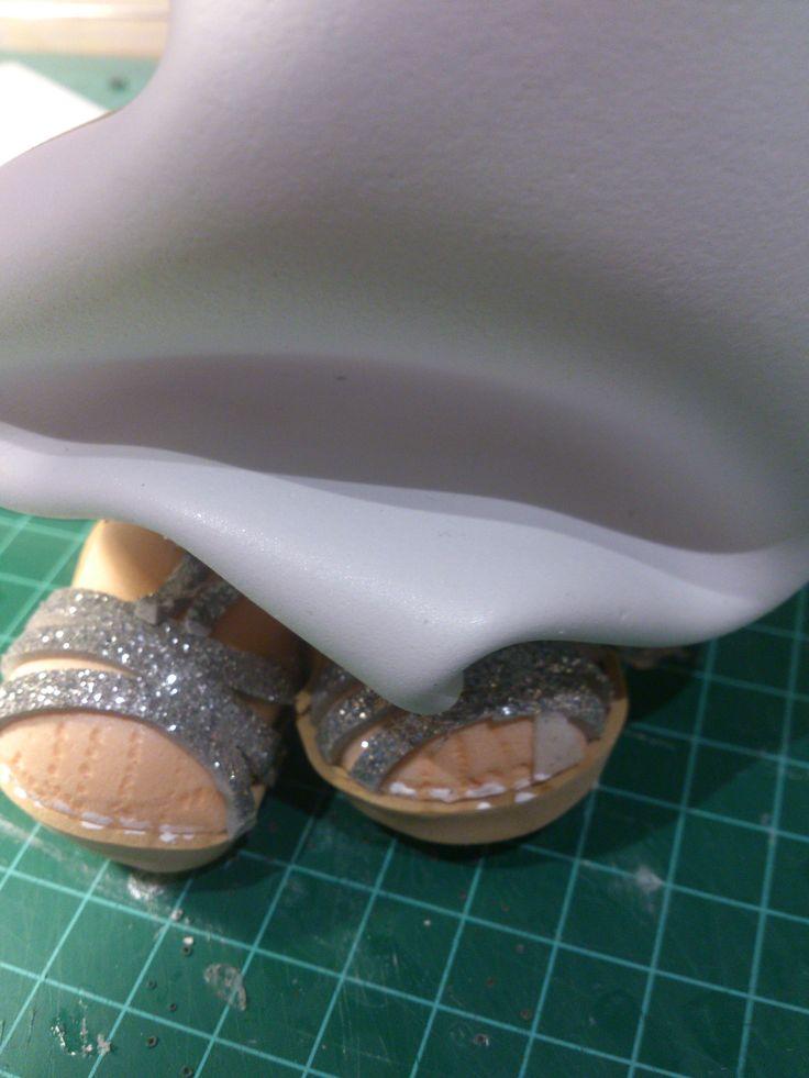 los pies de la novia, con un dedo roto y su vendita jaja