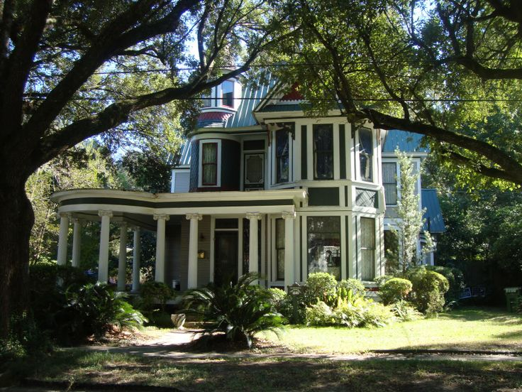 Wonderful antebellum home in Hattiesburg, Mississippi. My dream home would be along these lines. Big front porch.