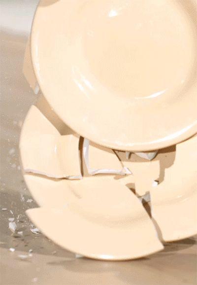 We can't protect you from misadventure but we can keep you from doing the dishes. Siemens dishwashers will make your dinner even more enjoyable in the aftermath. // Wir können Sie nicht vor kleinen Küchenmissgeschicken bewahren, doch können wir mit Siemens Geschirrspülern dafür sorgen, dass ihr Dinner auch im Nachgang stressfrei bleibt und sich das Geschirr wie von selbst spült. #dishwasher #plates #GIF #enjoysiemens