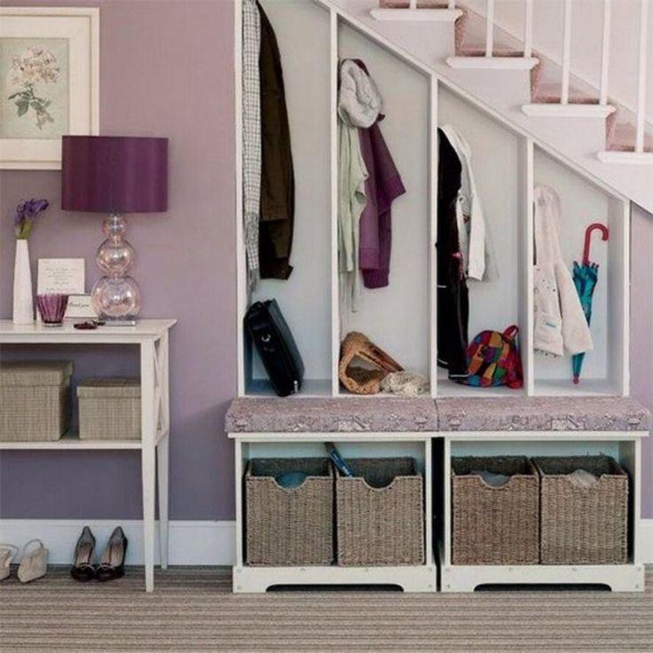 aménagement sous escalier - meuble porte manteaux blanc muni de patères et paniers à chaussures