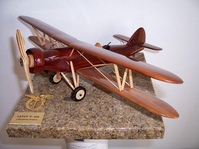 Model letadla ze dřeva ve vzletové poloze včetně stojánku s věnováním.  LETOV-S-328 dvouplošník