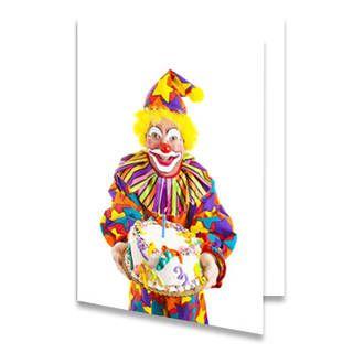 Een verjaardagskaart voor een kind met een clown die een taart vastheeft. De clown kijkt blij en het lijkt alsof de clown de taart aan wilt geven. De achtergrondkleur is wit. De binnenkant van deze verjaardagskaart is helemaal wit, daar kun je zelf nog teksten en foto's of allerlei leuke afbeeldingen aan toevoegen.