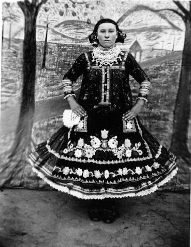 Mladá žena vo sviatočnom odeve (katolíckeho vierovyznania), Selenča,1927, Foto Múzeum Vojvodiny, Nový Sad