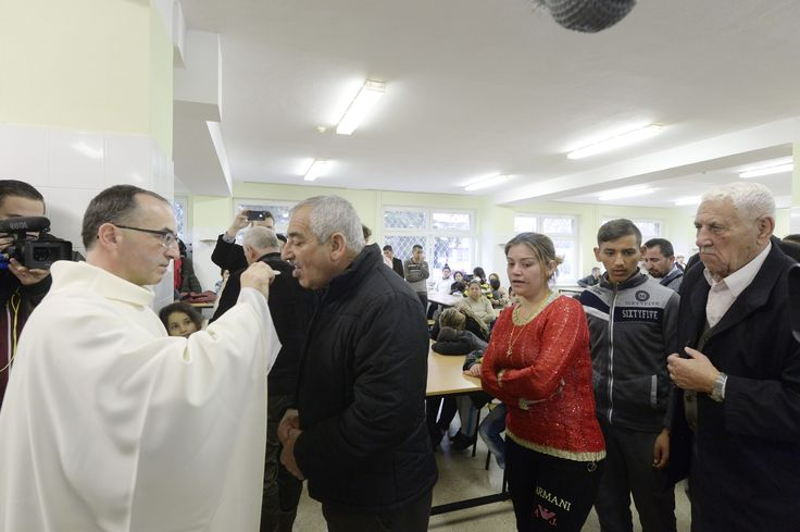 Kresťanskí utečenci z Iraku počas omše po príchode do Humenného