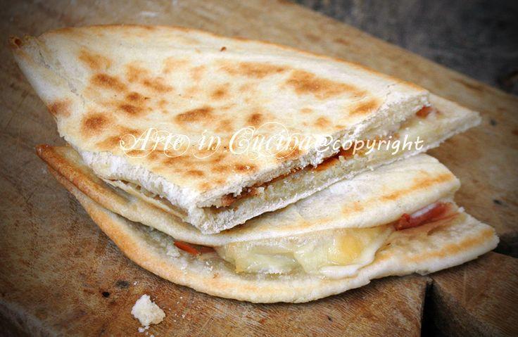 Piadina romagnola, ricetta originale, facile, veloce, ricetta con o senza lievito, all'olio, o strutto, morbida, ottimo sostituto della pizza, senza forno. http://blog.giallozafferano.it/