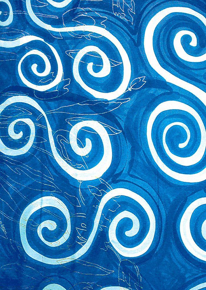 Livio De Simone: Coup d'eclat a Capri Accompagnée par son mari Andrea et l'architecte Giuliano dell'Uva, Benedetta De Simone continue de faire vivre la fantaisie de son père, grâce au savoir-faire du vétéran Mastro Geppino et de ses cinq artisans, capables de dessiner et peindre à la main jusqu'à 150 mètres de tissu par jour. Soixante ans plus tard, techniques et couleurs n'ont pas changé et les tissus sont accessibles sur le site Internet de l'entreprise, ainsi que quelques meubles et ac...