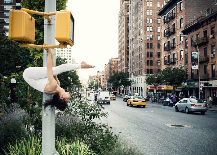 """Фото проект молодой талантливой девушки из Словении, Ани Хумлян, """"Урбан йога"""" возник из идеи исследования отношений человека с городом. Выполняя асаны в самых необычных городских местах перед объективом фотоаппарата, Аня стремится передать гармонию движений тела и городского ритма. Фотографии были сделаны разными фотографами в таких мегаполисах, как Париж, Нью-Йорк, Мадрид во время работы и архитектурной практики девушки. Съёмки также проходили и в родном городе Ани, в Любляне."""