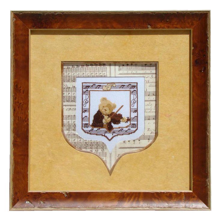 Nounours violoniste réalisé par Annie en 2008 Sous-carte en papier musical dont l'ouverture suit la forme de la broderie. PP jaune parallèle à la sous-carte, séparé par un biseau droit marron.