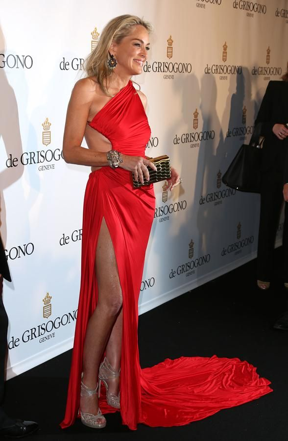 The bold red dress had a slit that went up her leg, very very high, revealing a pretty toned and sexy body. Her daring and elegant dress was the admiration of the crowd, and Sharon Stone seemed pretty confident wearing it.